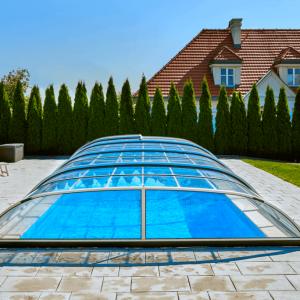 Nenápadný a nízky typ zastrešenia sa uplatní všade tam, kde je požiadavka nenarušiť vzhľad záhrady a okolia bazénu.