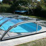 Zastrešenie bazéna Delta je nízke a nenápadné a pritom veľmi praktické. Nenápadný a nízky typ zastrešenia sa uplatní všade tam, kde je požiadavka nenarušiť vzhľad záhrady a okolia bazénu.