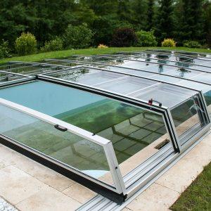 Zastrešenie bazéna kappa. Nízky dizajn s priehľadnými sklenenými hranami zaistí, že nič nebude brániť vo výhľade z bazénu do záhrady a okolia.